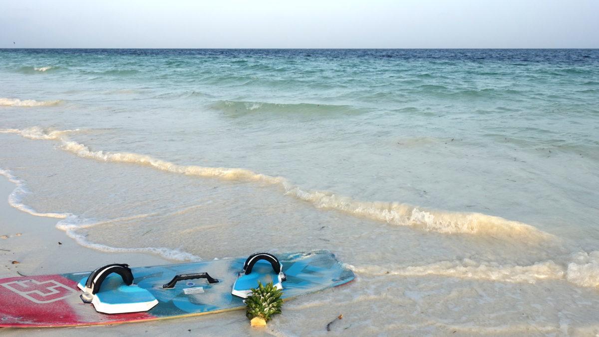 Kitesurfbreet mit Ananas am Strand von Kenia