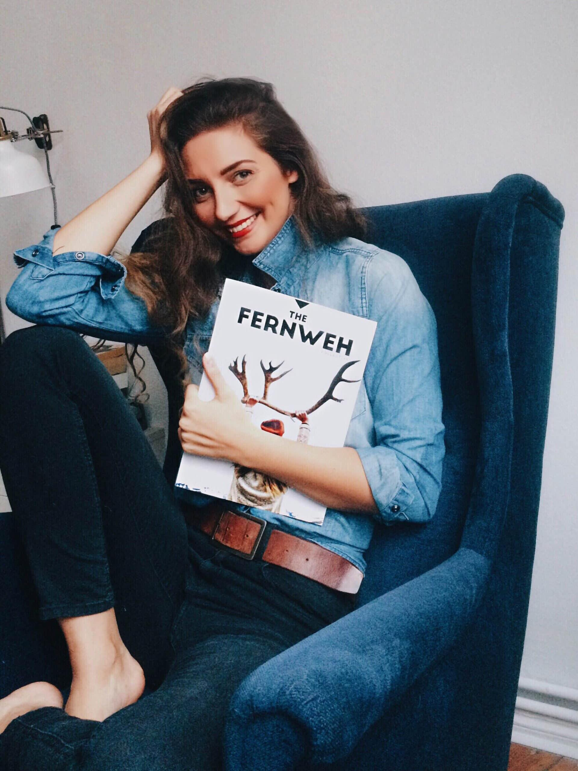 Elisaveta mit Magazin auf Sessel