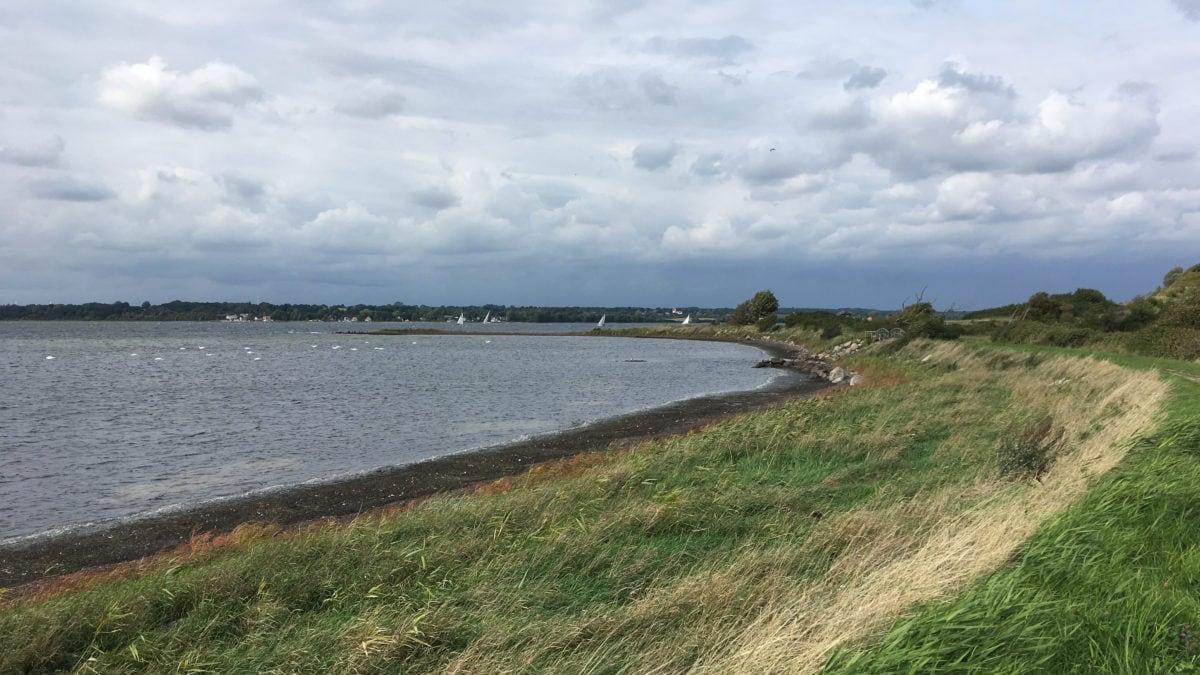 In der Bucht an der Grenze zwischen Dänemark und Glücksburg kann man wunderbar spazieren gehen und sich in Achtsamkeit üben.