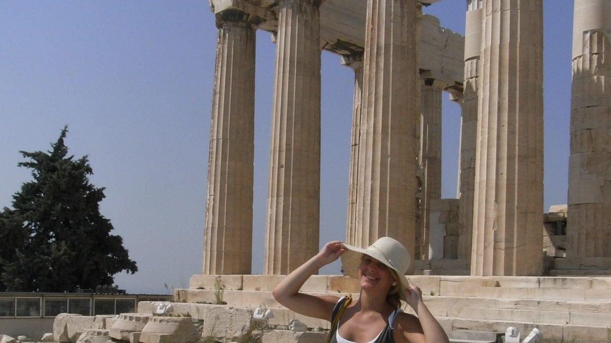 Julia vor der Akropolis in Athen