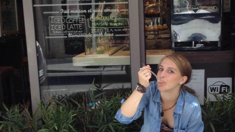 Julia im Café in Paris