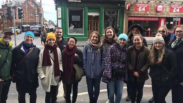 Julia mit der Walking Tour Gruppe in Edinburgh