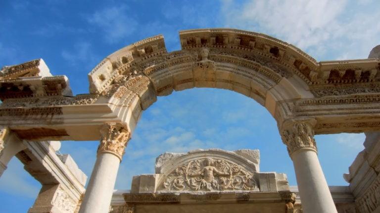 Ein Torbogen in der antiken Stätte Ephesos in der Türkei