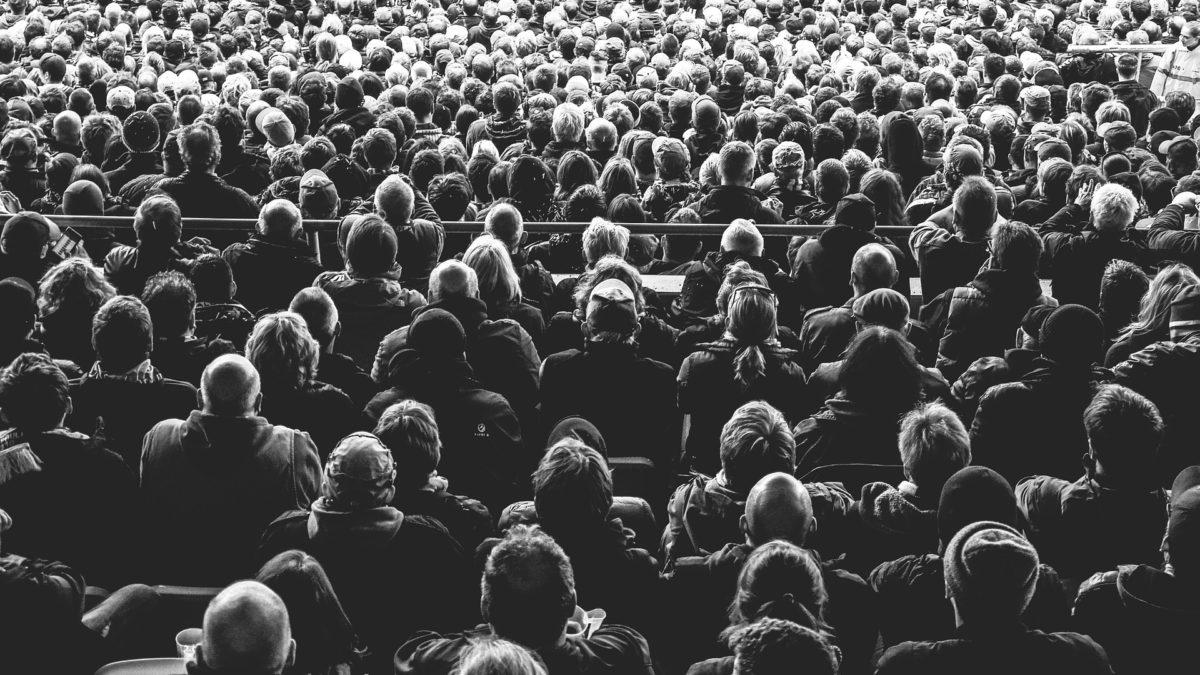 Das Publikum eines Theaters schaut auf die Bühne