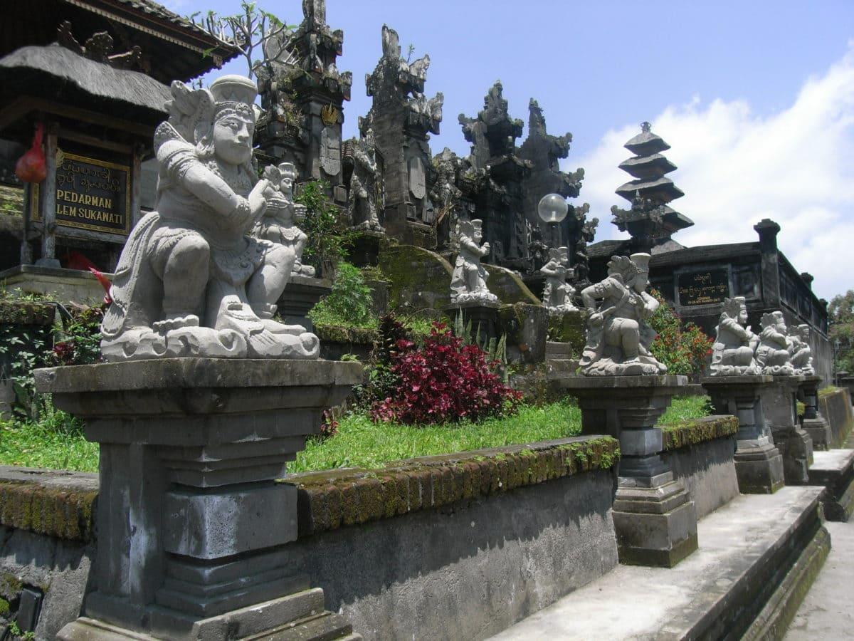 Statuen am Muttertempel auf Bali