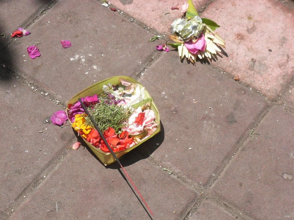 Opfergaben auf der Straße auf Bali