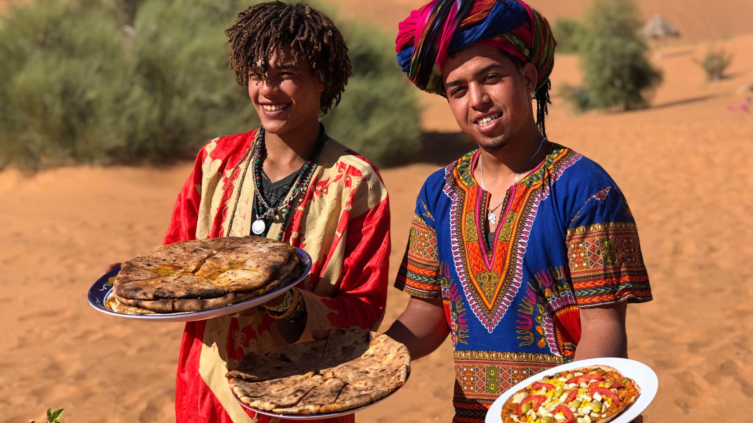 Mitglieder der Familie Oussidi servieren Berberpizza
