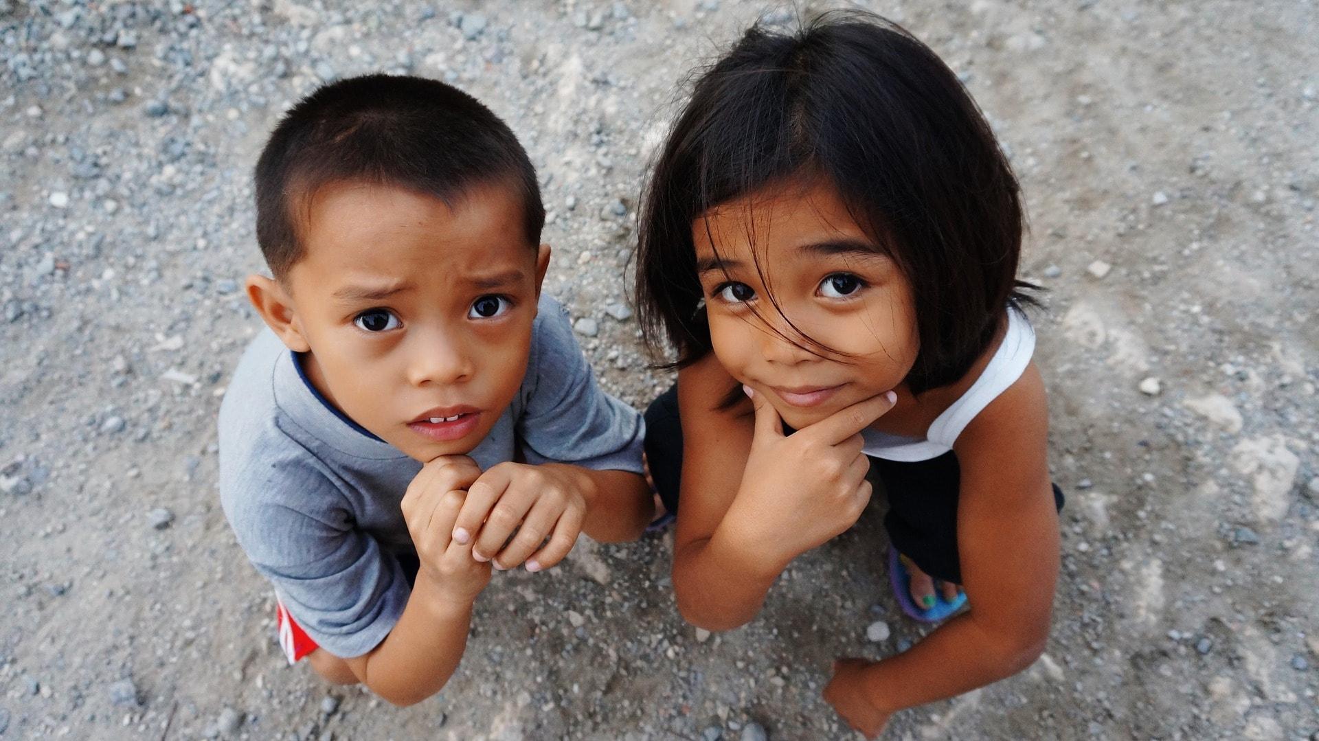 Niemals solltest du bettelnden Kindern im Ausland Geld geben.