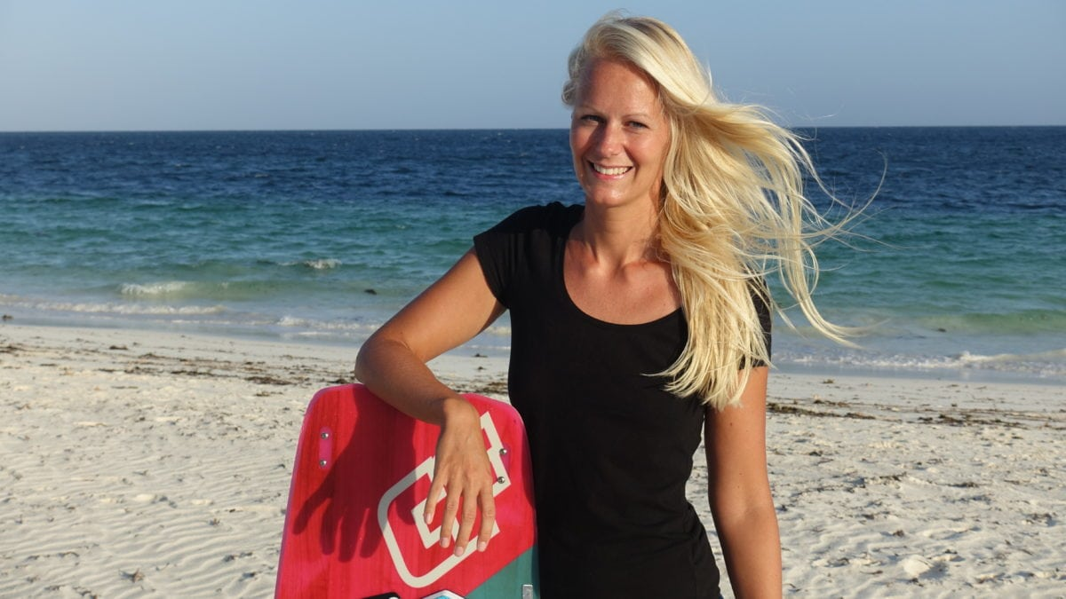 Birte mit Kiteboard in Kenia