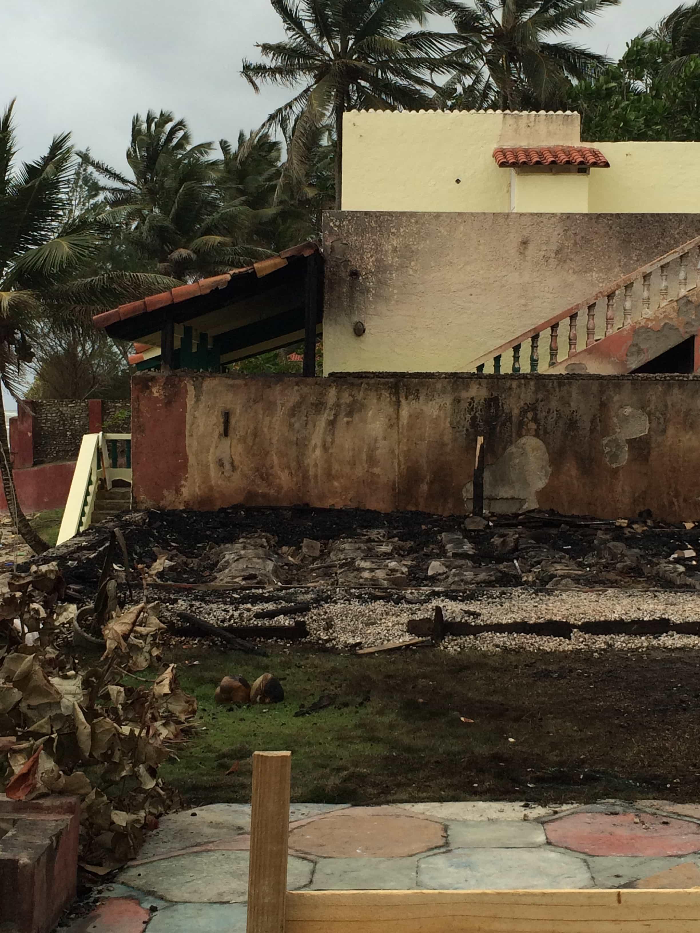 Die Überreste des Cabarete Beach Hostels nach dem Feuer