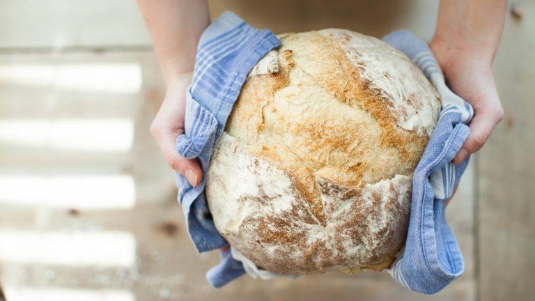 Brot kann man in einem Tuch einschlagen