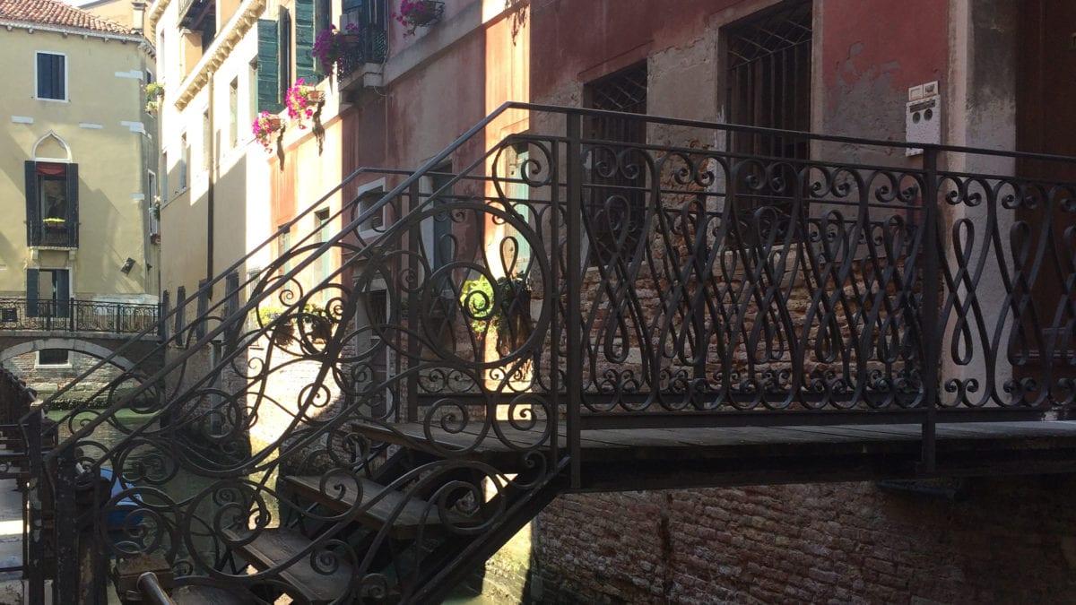 Eine Brücke aus Eisen in Venedig