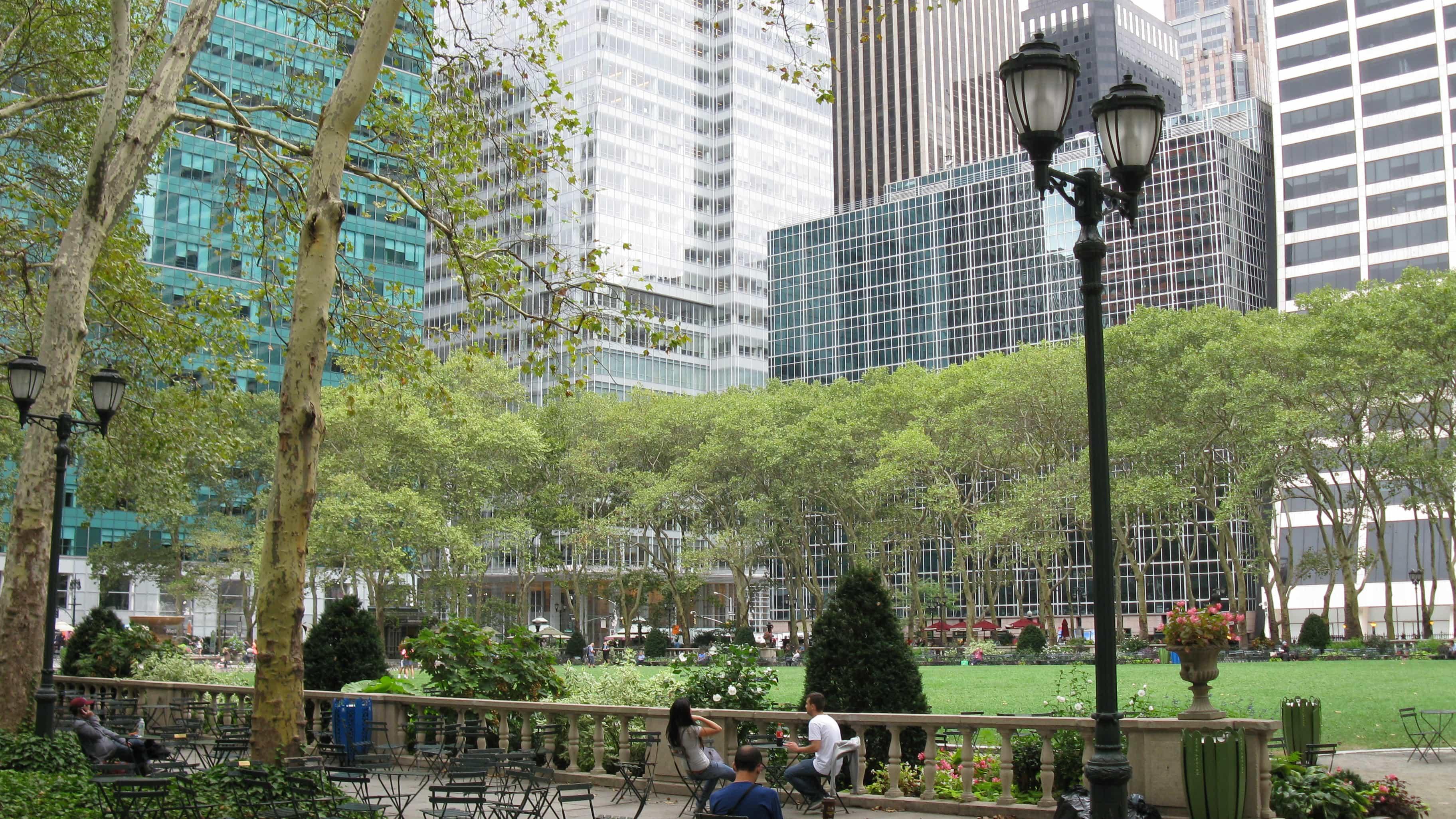 Im Zentrum von New York City liegt der Bryant Park