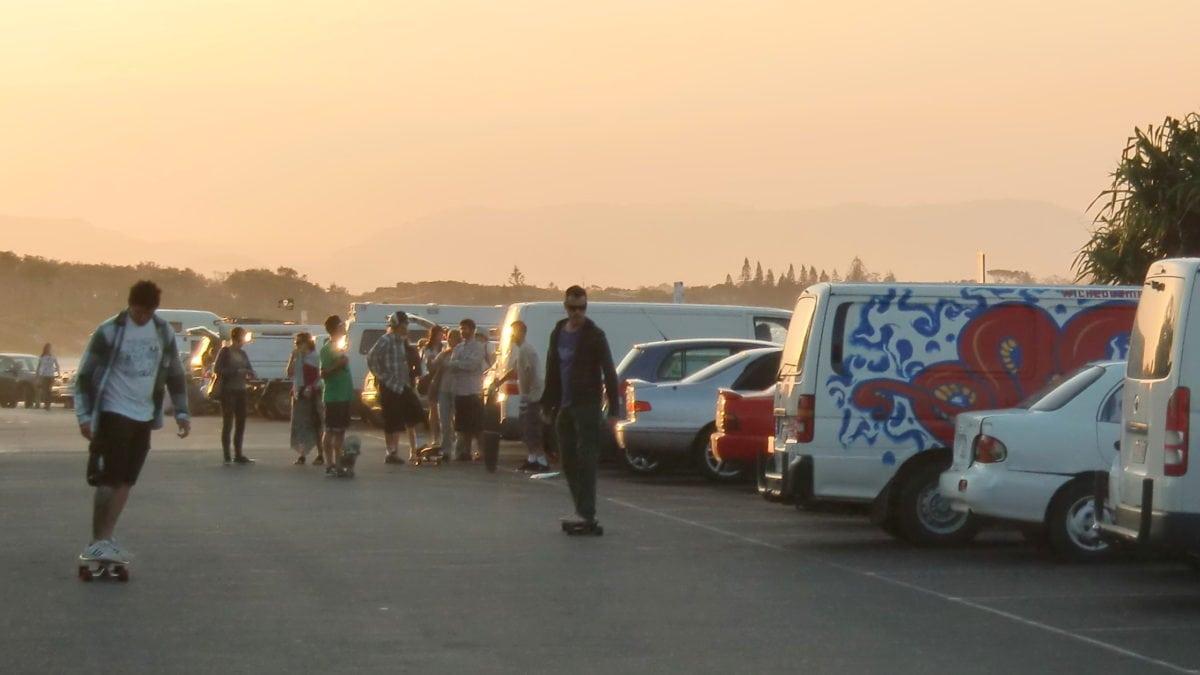 Jugendliche am Strand bei einer Party in Byron Bay in Australien