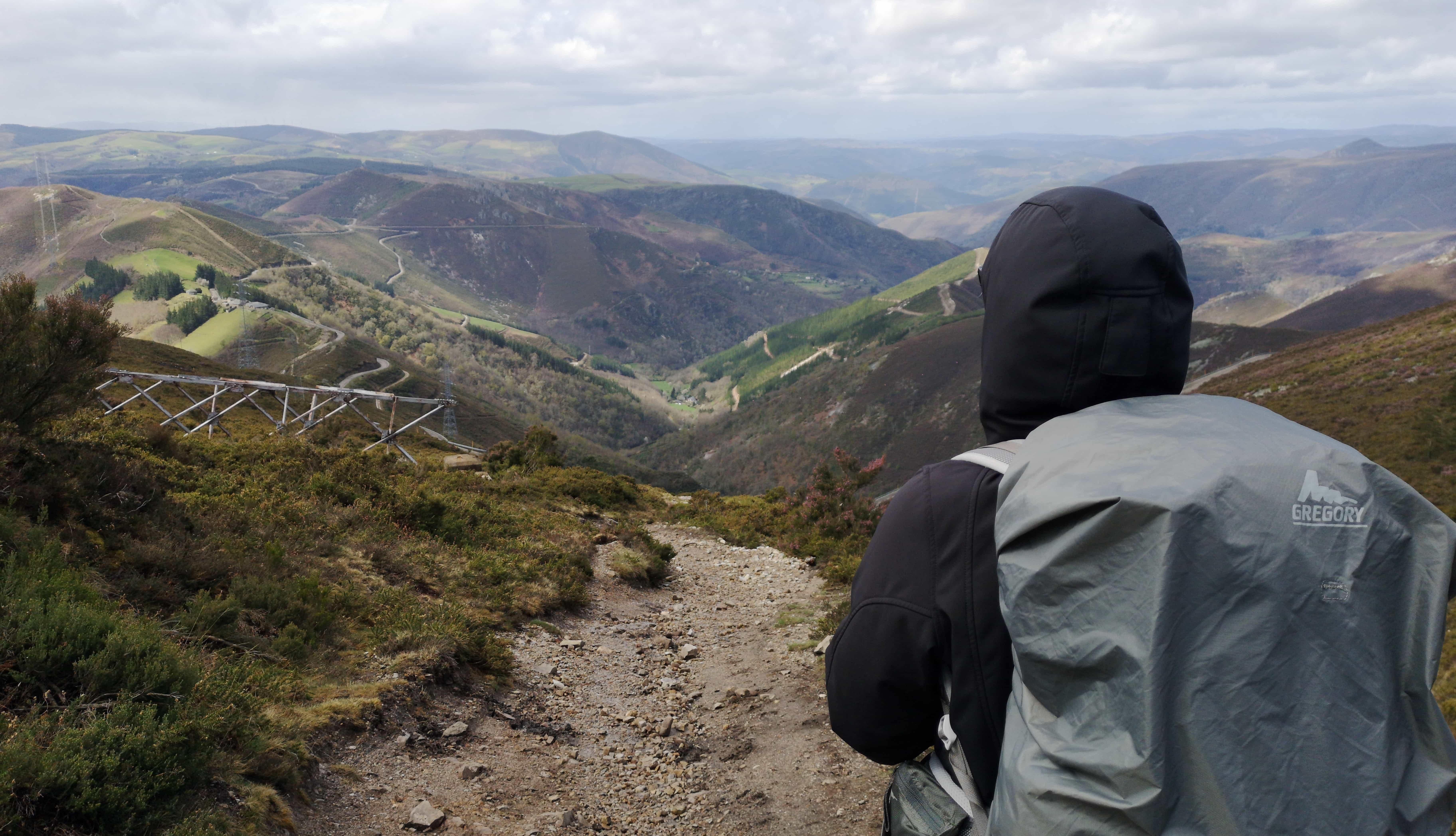 Esther auf dem Weg nach unten auf dem Camino Primitivo