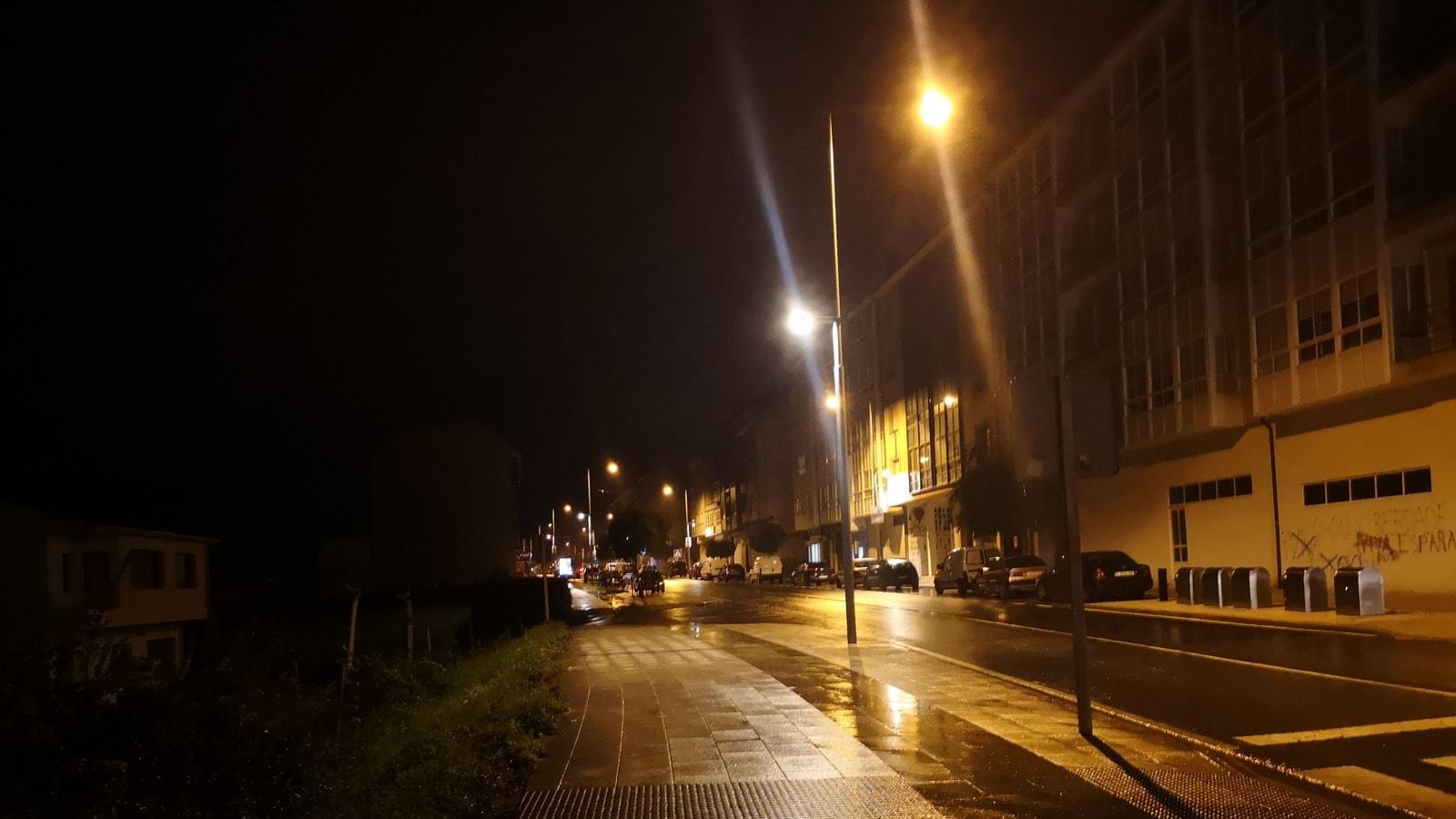 Ohne Frühstück und ohne Kaffee laufen wir mit unseren kleinen Powerbank-Leuchten noch im Dunkeln los. Bald schon fängt es an zu regnen.