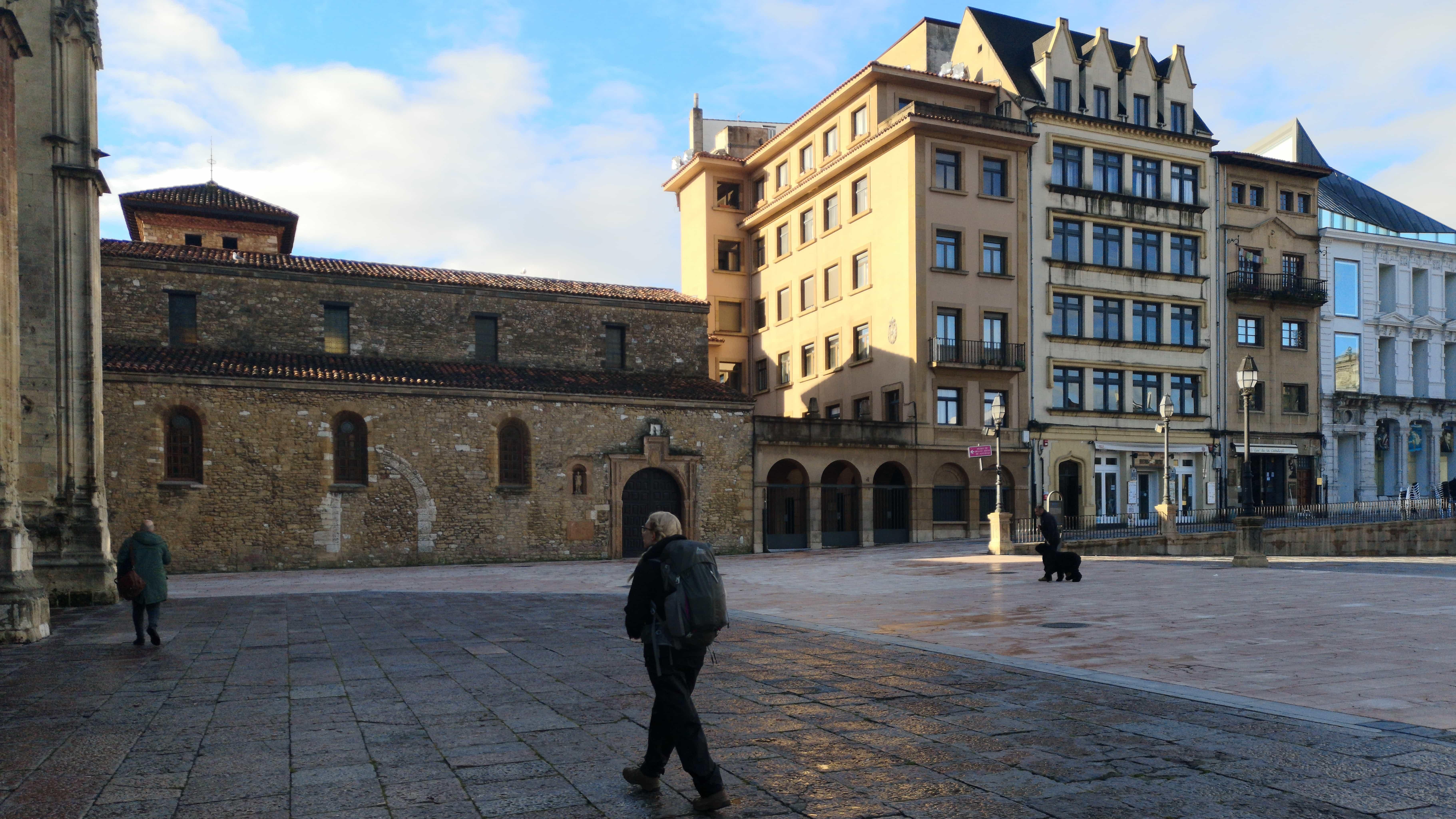 Esther vor der Kathedrale von Oviedo auf dem Camino Primitivo