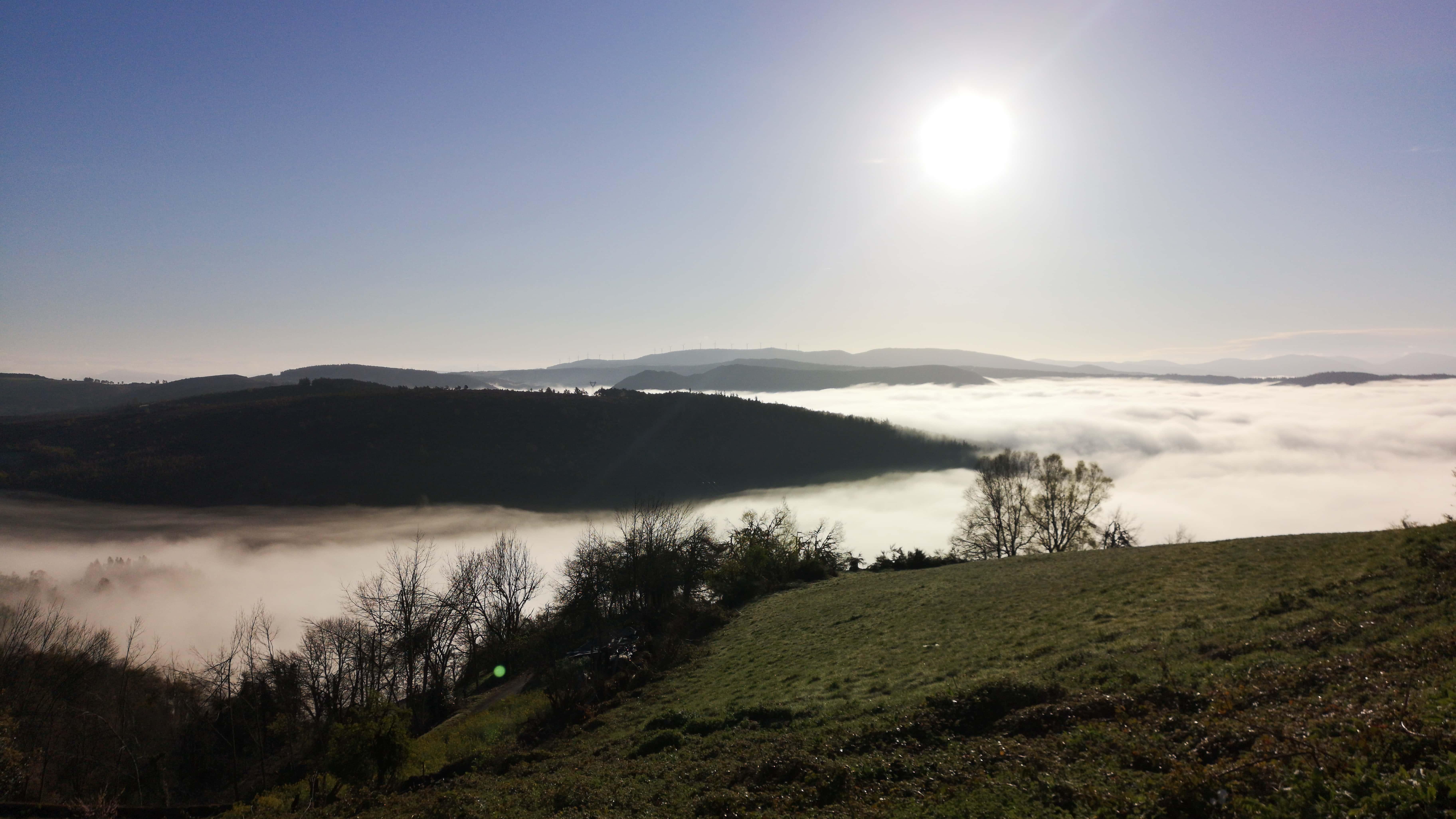 Unser Tag beginnt mit einem unbeschreiblichen Ausblick auf ein Tal voller Wolken und einem blauen Himmel über uns.