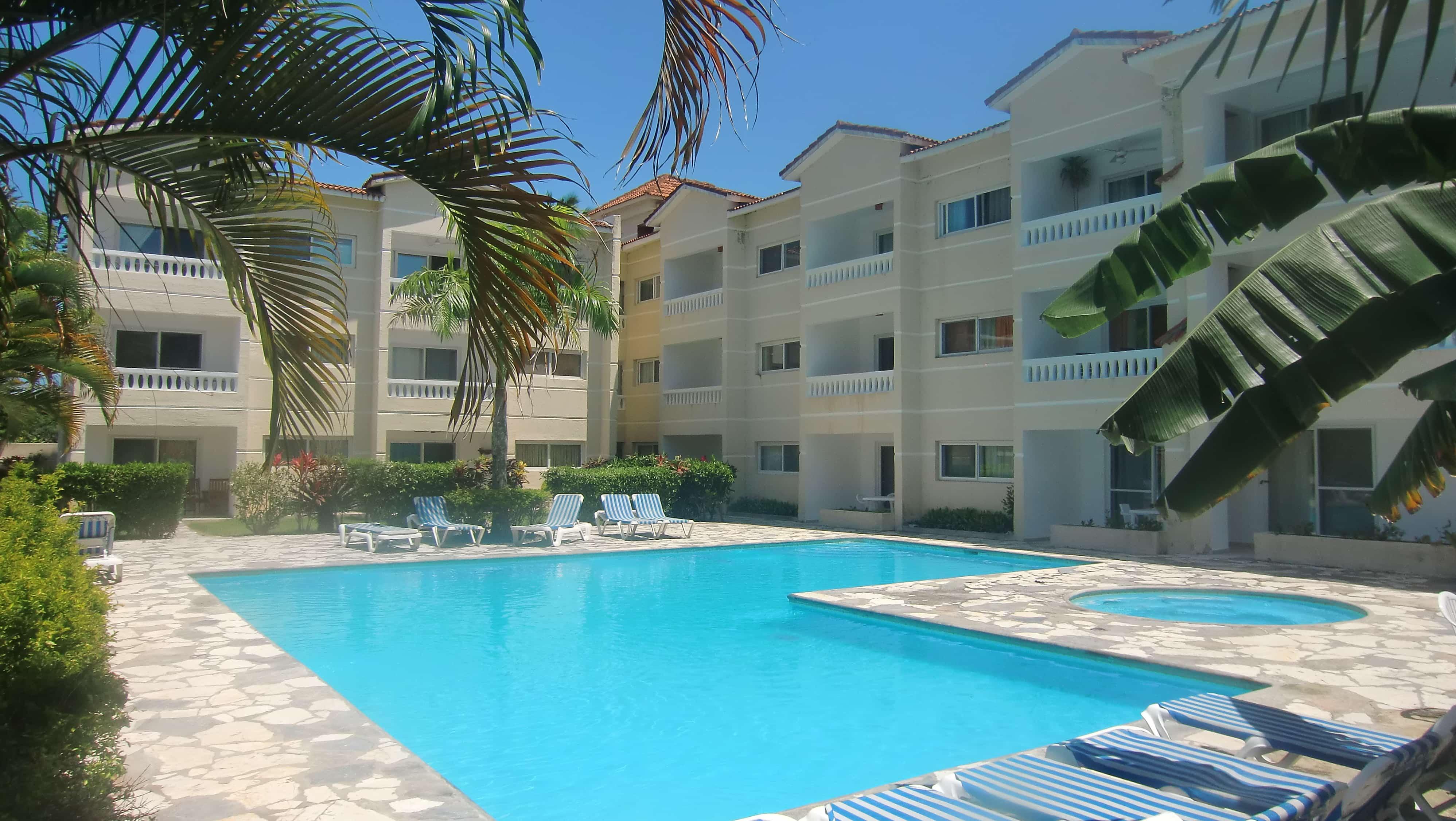 Blick vom Pool auf das Hotel Dulce Vida in Cabarete