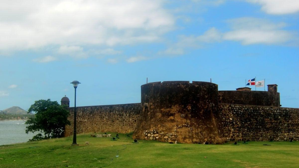 Kurz vor dem Hafen liegt die im 16. Jahrhundert erbaute kleine Festung Fortaleza San Felipe, die schon als Gefängnis diente und heute ein Museum beherbergt.