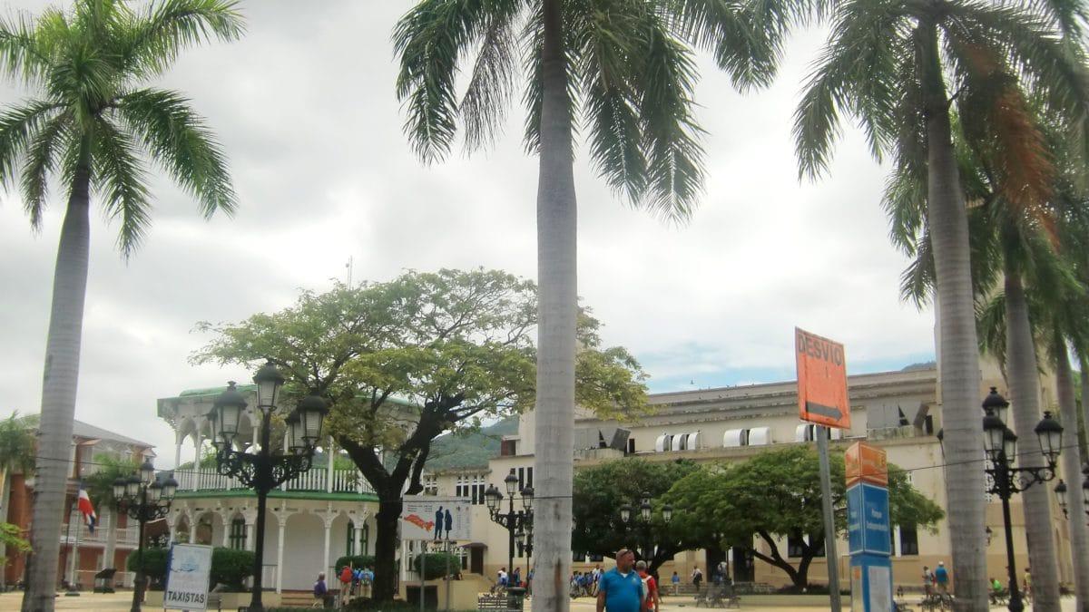 Große Palmen säumen den Parque Centralin Puerto Plata
