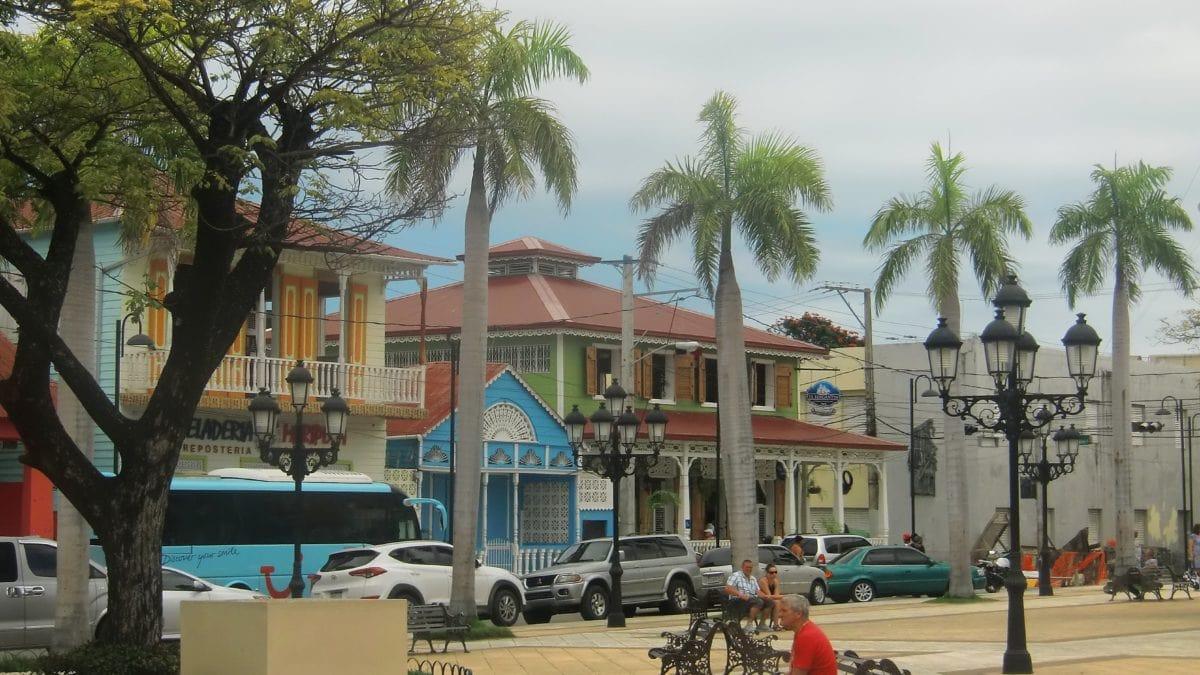 Der Parque Centralist von typisch dominikanischen bunten Häusern umgeben ist