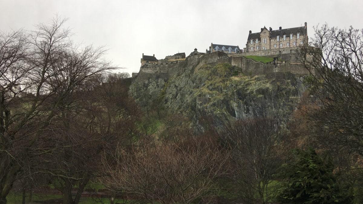 Seitansicht des Edinburgh Castle auf dem Castle Rock