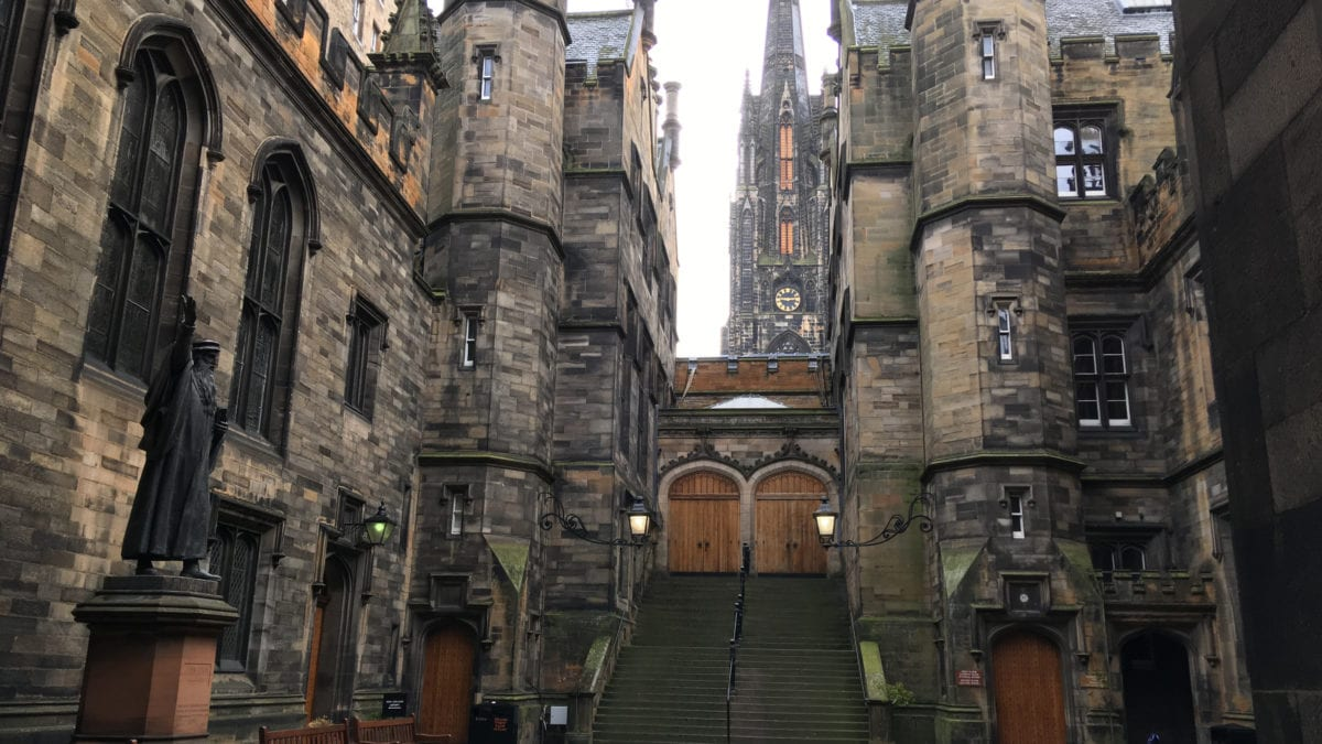 Der Innenhof des New College in Edinburgh mit John Knox Statue