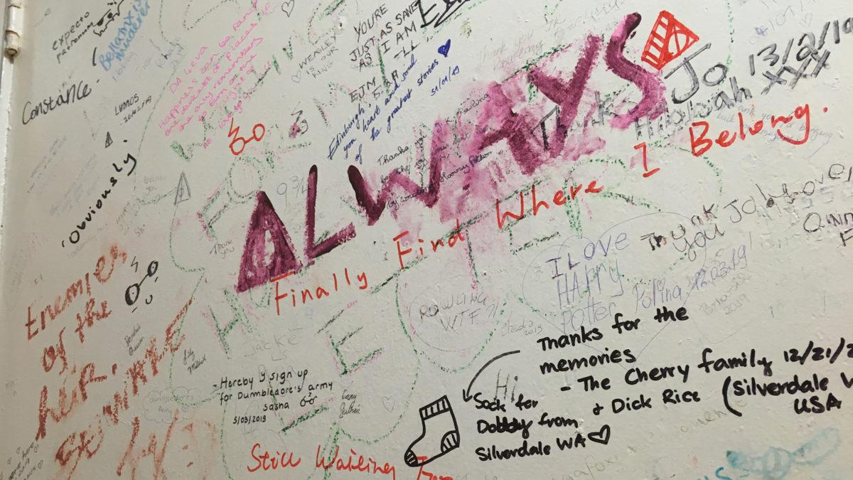Toilette mit Unterschriften von Fans im The Elephant House Café in Edinburgh