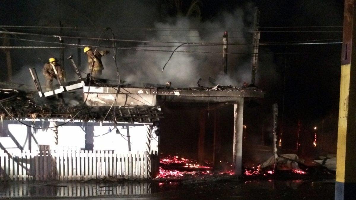 Das Feuer im Cabarete Beach Hostel bricht mitten in der Nacht aus.