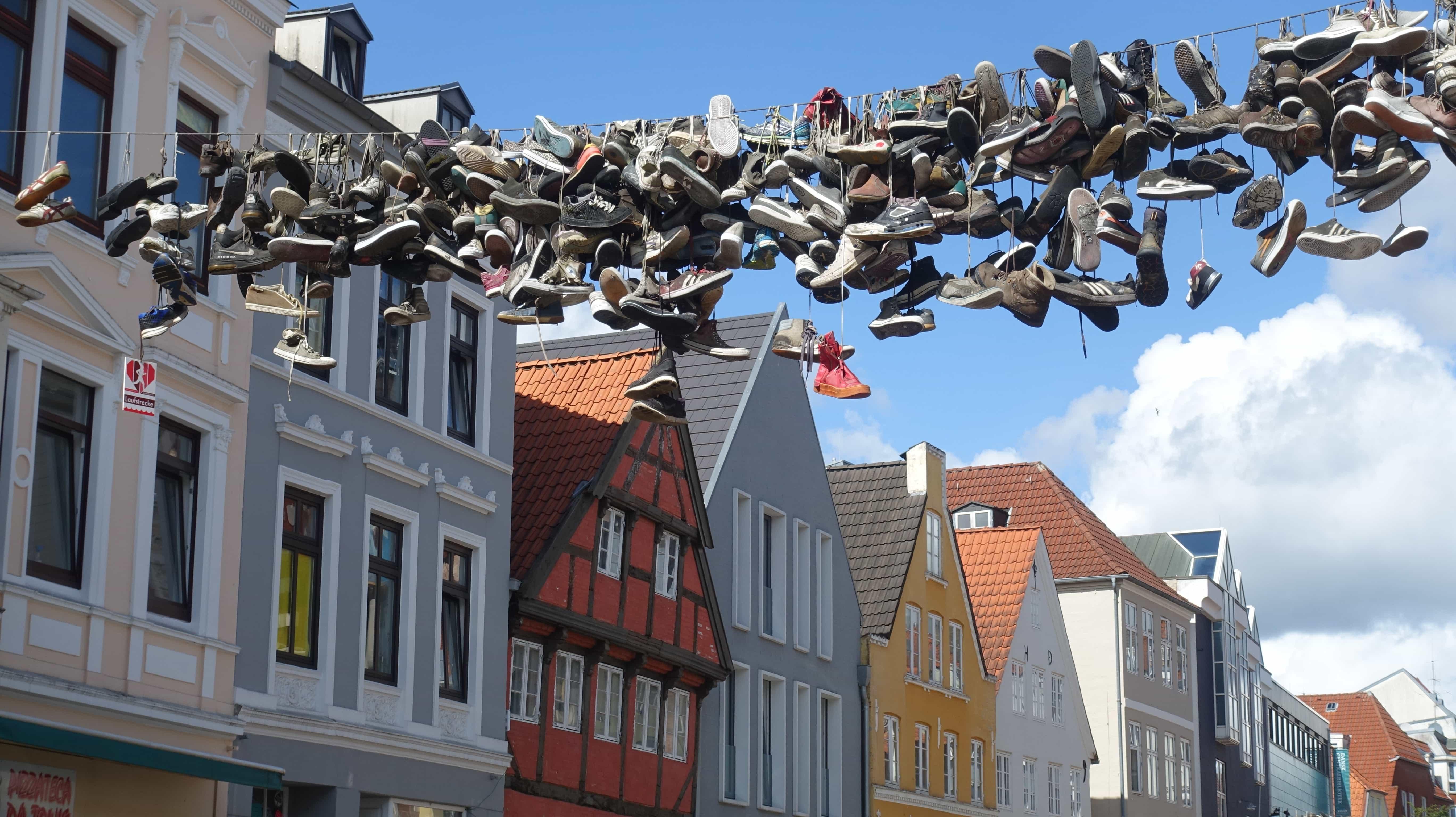 In der Flensburger Norderstraße hängen Schuhe an der Leine