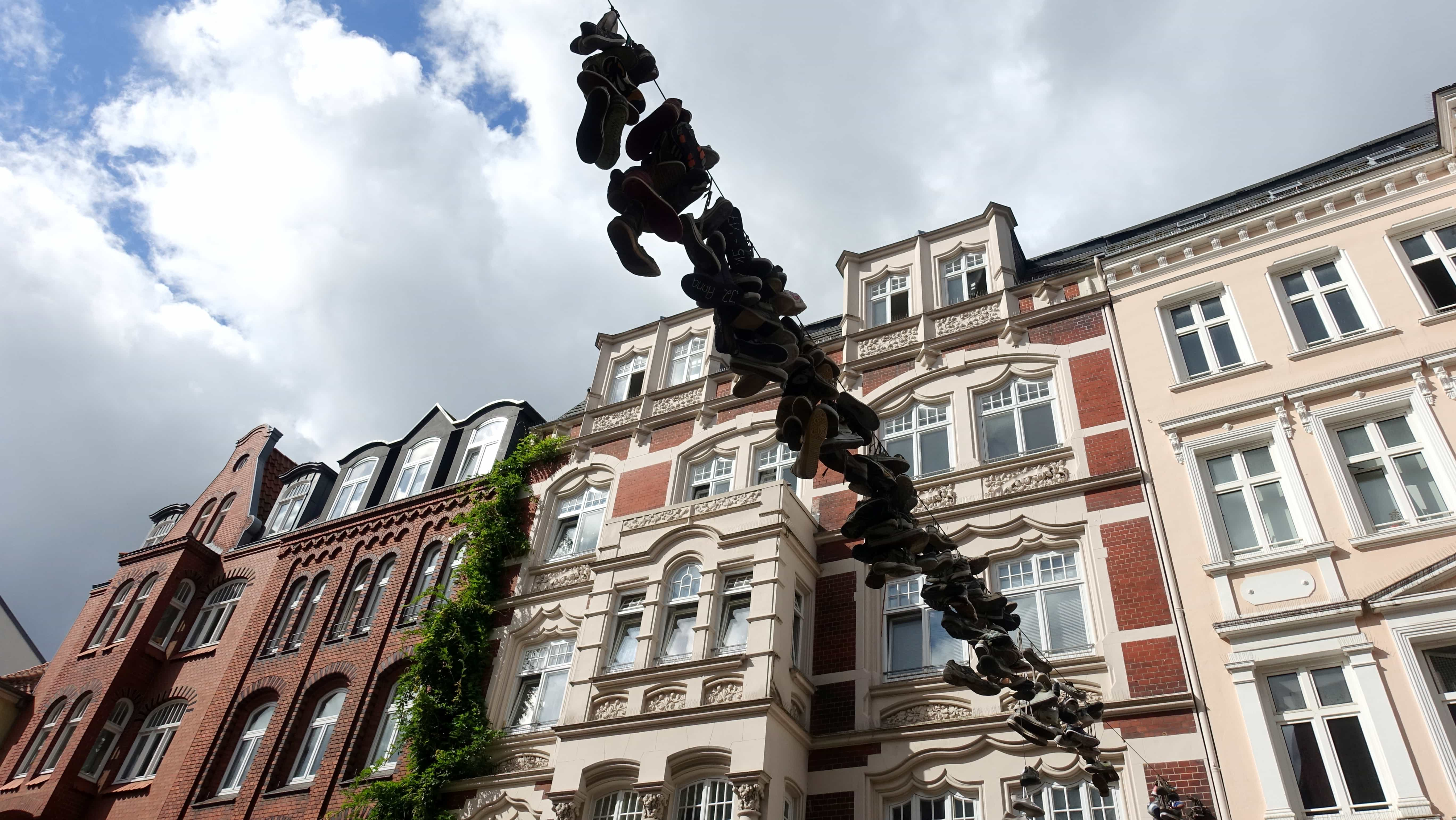 Flensburg: Schuhe hängen an einer Leine in der Norderstraße