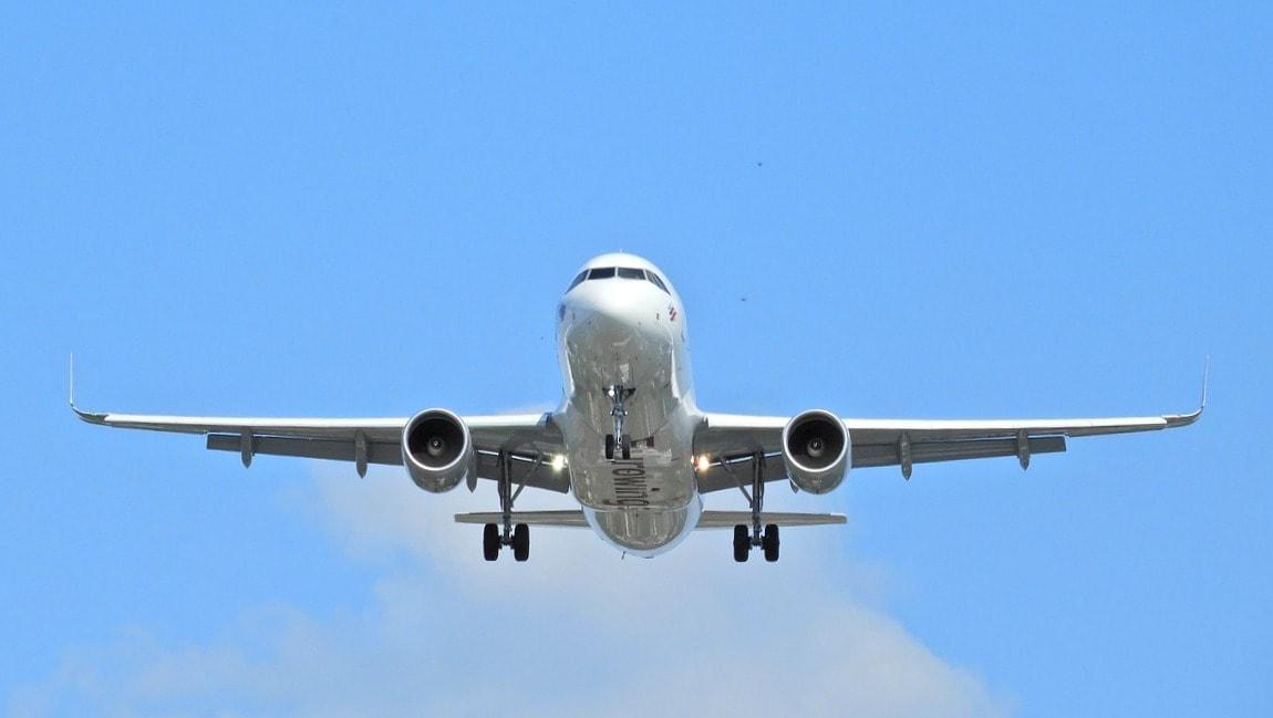 Flugzeug von Eurowings im Landeanflug