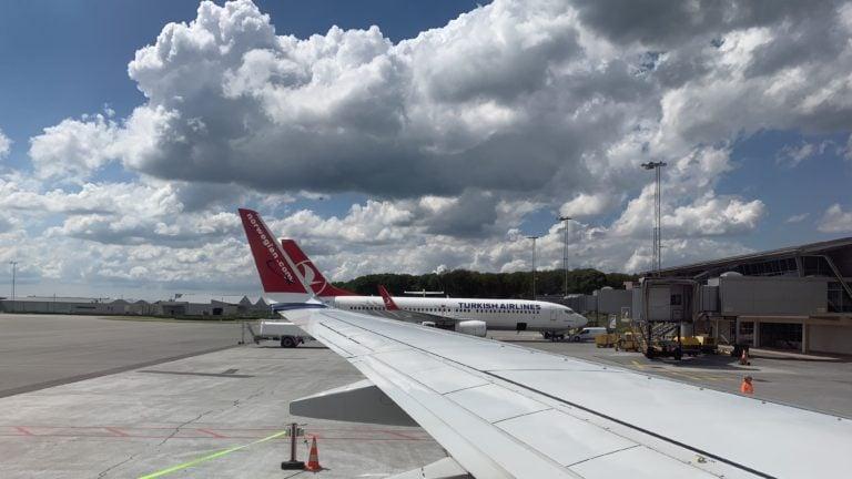 Kurz vor dem Start warten die Flugzeuge am Gate