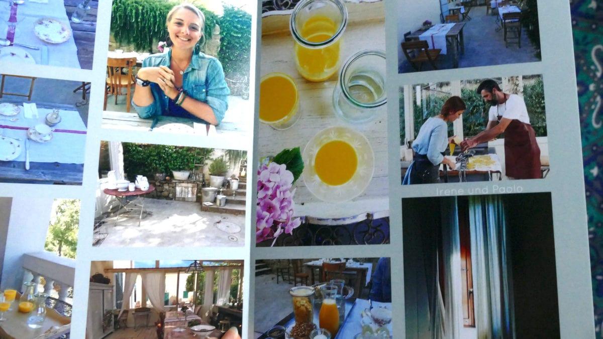 Julia zeigt ein gestaltetes Fotoalbum mit Bildern aus Italien