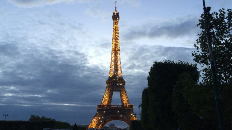 Der beleuchtete Eiffelturm von Paris in Frankreich in der Abendämmerung