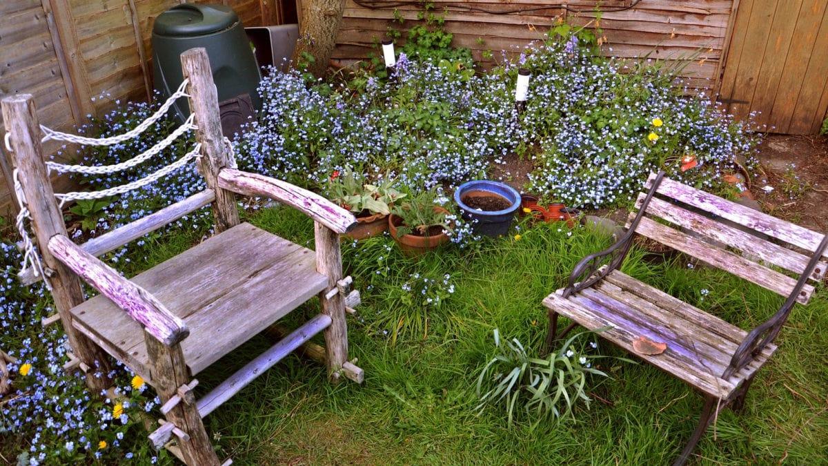 Wer nicht verreisen kann, macht es sich im Garten gemütlich oder pflanzt ein Blumenbeet an.
