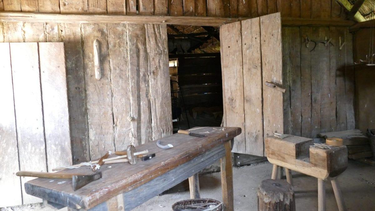 Holzwerkzeug und eine Werkbank im Haus des Holzhandwerkers in Haithabu