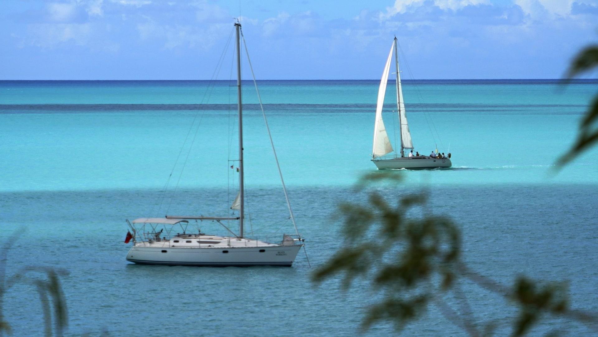 Bein Hand gegen Koje kann man günstig in der Karibik mitsegeln