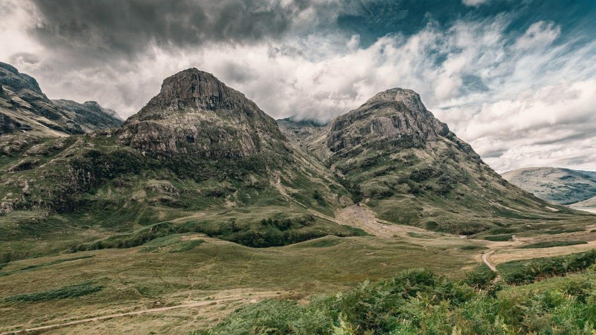 Die Highlands von Schottland mit einem wolkenverhangenen Himmel