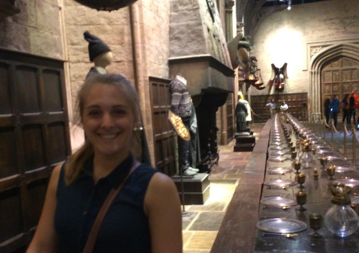 Julia in der Großen Halle in Hogwarts