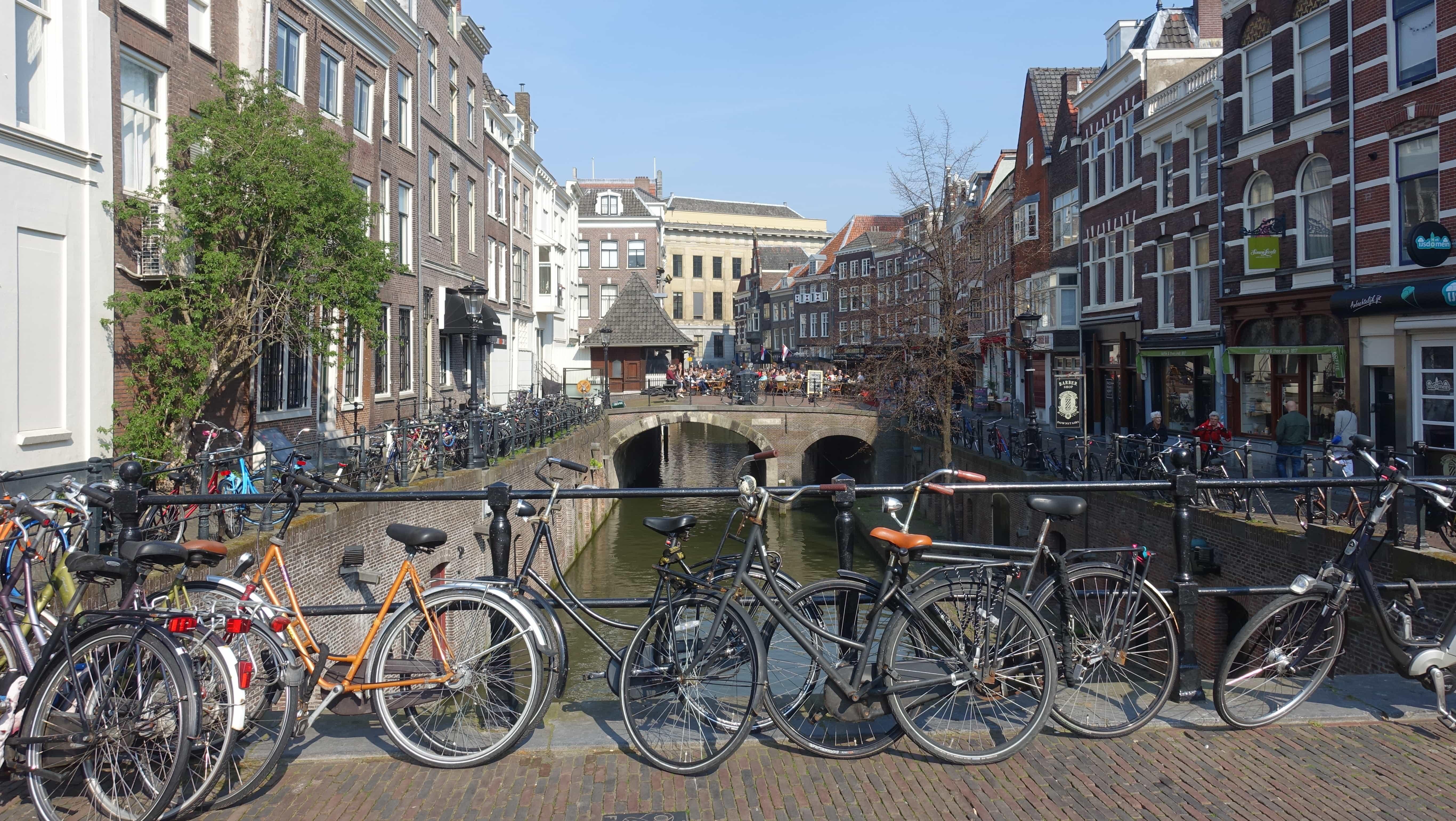 Fahrräder an der Gracht in Utrecht in Holland