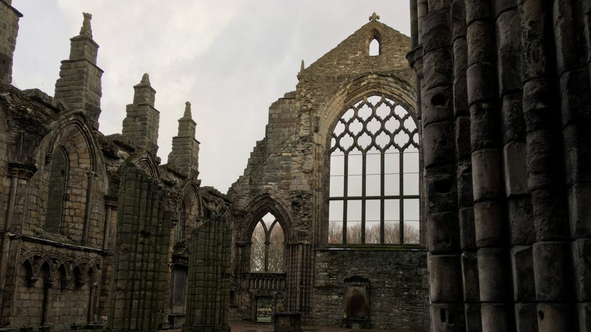 Die Holyrood Abbey neben dem Palace of Holyrood House