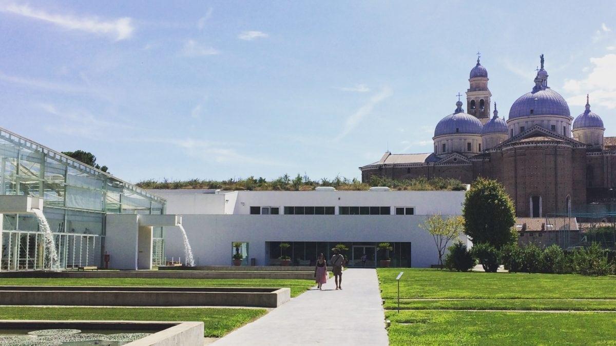 Gewächshäuser im Botanischen Garten von Padua mit Basilika im Hintergrund