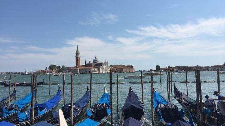 Boote auf dem Wasser in der Lagune von Venedig