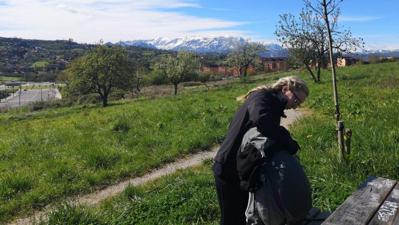 Esther macht Pause vor wunderschöner Kulisse auf dem Jakobsweg