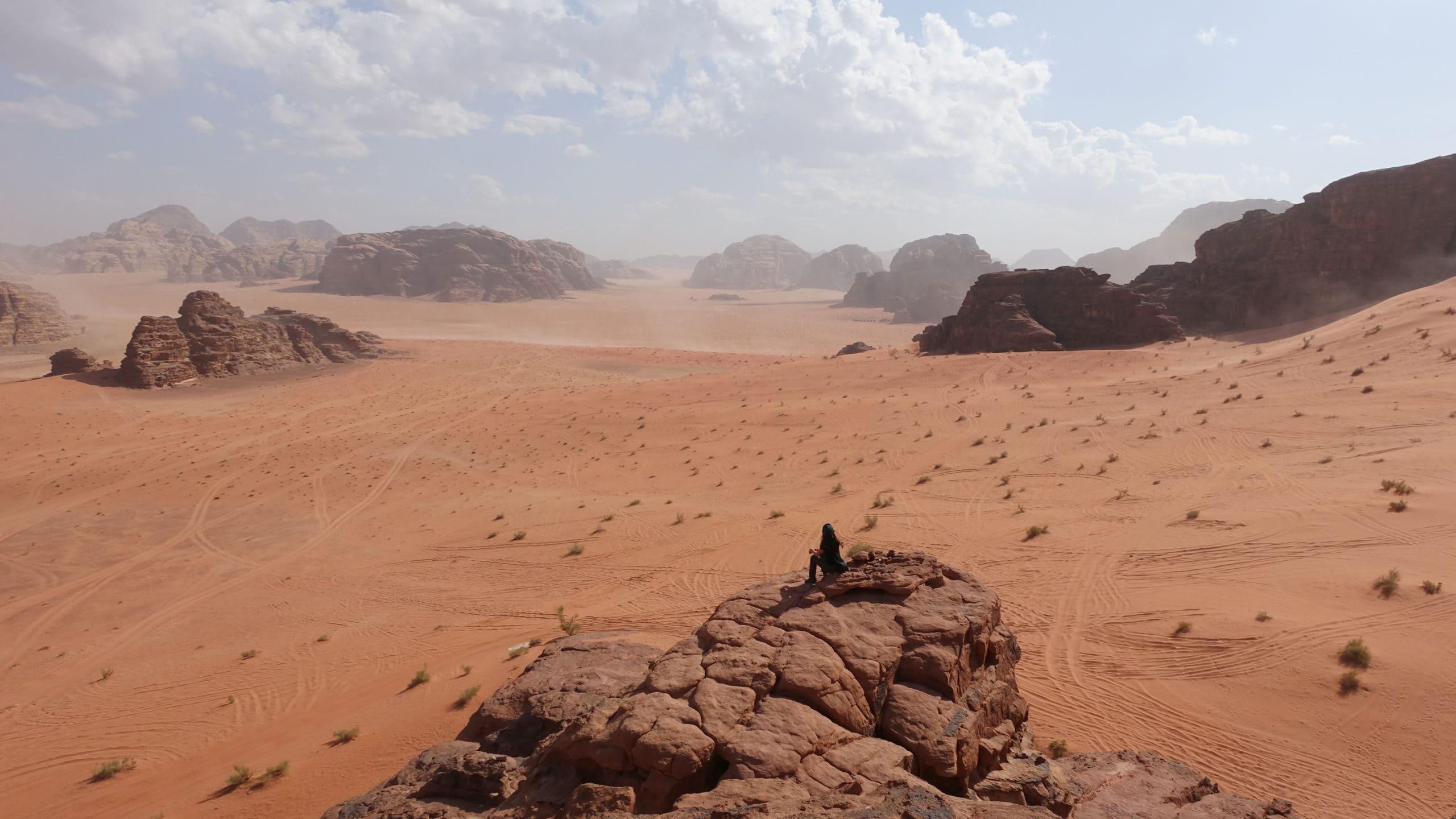 Ins Wadi Rum sollte man unbedingt ein Tuch für Haare und Gesicht mitnehmen, es wird dort extrem staubig bei der Fahrt auf der Ladefläche der Pickups!