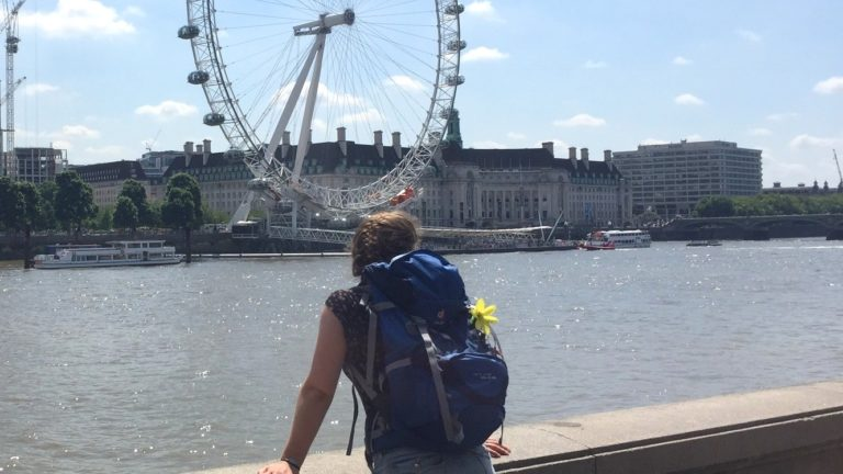 Julia mit Backpack am London Eye