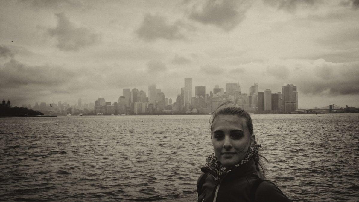 Julia vor Manhattan sepia