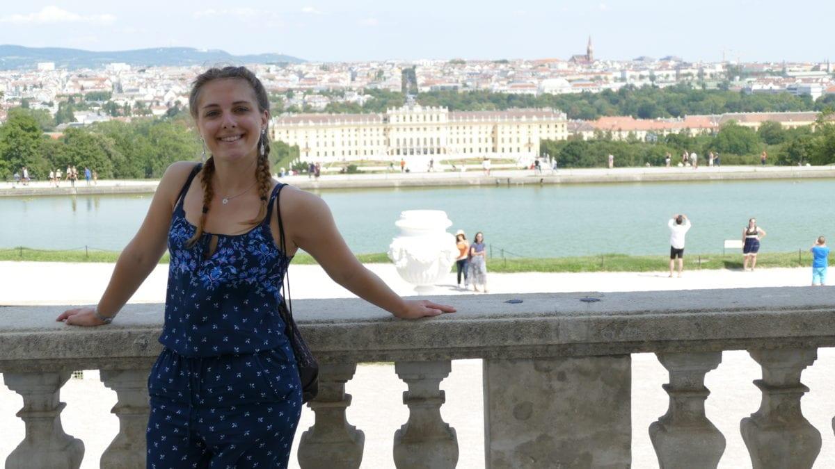 Julia bei Schloss Schönbrunn in Wien